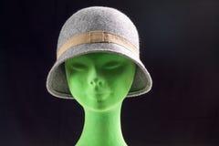 Weiblicher grauer Hut auf Mannequinkopf Stockbilder