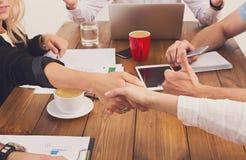 Weiblicher Händedruck des Geschäfts am Büro, am Vertragsabschluss und an der erfolgreichen Vereinbarung Lizenzfreie Stockfotos