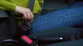 Weiblicher Handbefestigungs-Kindersitzgurt beim Sitzen innerhalb des Fahrzeugs bevor dem Fahren stock footage