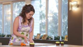 Weiblicher handgerollter frischer Teig auf dem Tisch mithilfe eines Nudelholzes stock video