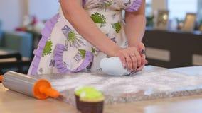 Weiblicher handgerollter frischer Teig auf dem Tisch mithilfe eines Nudelholzes stock footage