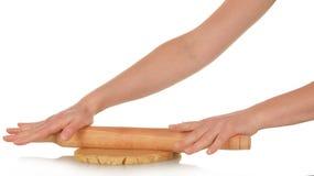 Weiblicher handgerollter Teig mit einem Nudelholz Stockfotografie
