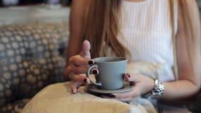 Weiblicher Handgrifftasse kaffee stock video footage