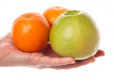 Hant mit Apfel und Orange Stockfotos