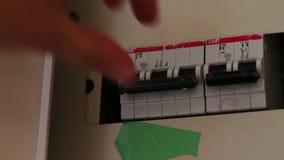 Weiblicher Handkippschalter im Schalterkasten, alle Schalter an und, die abgestellt werden Strom, Energie stock video