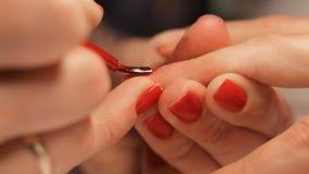 Weiblicher Handmaniküreabschluß herauf Ansicht Rote Nägel stock video footage