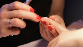 Weiblicher Handmaniküreabschluß herauf Ansicht Rote Nägel stock footage