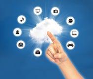 Weiblicher Handpunkt auf Wolke mit Ikone Stockfoto