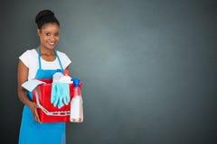 Weiblicher Hausmeister Holding Cleaning Equipment lizenzfreie stockfotos