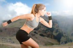Weiblicher Hinterseitentrieb, der auf Vulkan läuft Lizenzfreies Stockbild