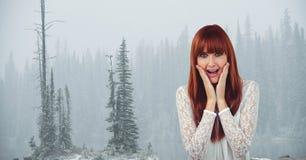 Weiblicher Hippie mit den Händen auf Backen schreiend gegen Bäume im nebeligen Wetter Lizenzfreies Stockfoto