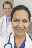 Weiblicher hispanischer Latina-Doktor u. Manneskollege Stockbilder