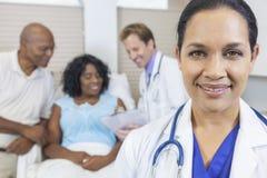 Weiblicher hispanischer Latina-Krankenhaus-Doktor u. Patient Lizenzfreie Stockfotos