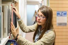 Weiblicher Hochschulstudent in der Bibliothek Lizenzfreies Stockbild