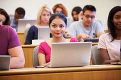 Weiblicher Hochschulstudent-Using Laptop In-Vortrag lizenzfreies stockbild