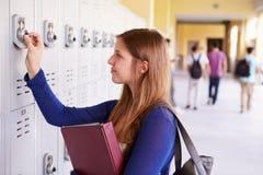 Weiblicher hoher Schüler Opening Locker Lizenzfreie Stockfotografie