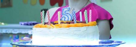 Weiblicher Holdingkuchen für 5 Jahre Stockfotos