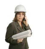 Weiblicher Ingenieur behandelt Pläne Lizenzfreies Stockfoto