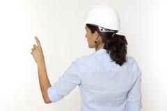 Weiblicher Ingenieur, der auf virtuellen Bildschirm zeigt Stockfotografie