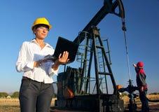 Weiblicher Ingenieur in einem Ölfeld Stockfoto