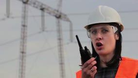 Weiblicher Ingenieur für Hochspannung stock footage