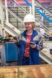 Weiblicher Ingenieur mit Messgerät Stockbild