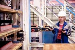 Weiblicher Ingenieur mit Messgeräten Stockbild
