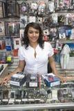 Weiblicher Inhaber, der entgegengesetzt im beweglichen Geschäft bereitsteht lizenzfreie stockfotografie