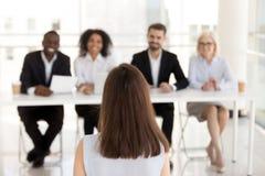 Weiblicher Job-Bewerber machen guten ersten Eindruck auf Stunden-Managern stockfotografie