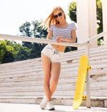 Weiblicher Jugendlicher in der Sonnenbrille, die draußen steht Stockfotografie