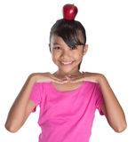 Weiblicher Jugendlicher mit Apple auf ihrem Haupt-II Lizenzfreie Stockbilder