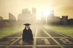Weiblicher Junggeselle in der bereiten Position zu laufen Lizenzfreies Stockfoto
