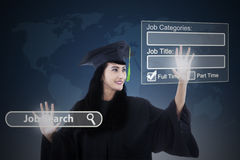 Weiblicher Junggeselle, der Jobs on-line findet Stockfoto