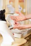 Weiblicher Juwelier, der Schmucksachen darstellt Lizenzfreie Stockbilder
