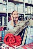 Weiblicher Käufer, der mehrfache Einzelteile im Textilshop kauft Stockfoto