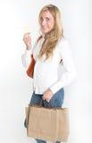 Weiblicher Käufer mit Kreditkarte Stockfoto