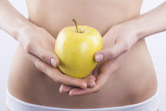 Weiblicher Körper und Apfel Stockfoto