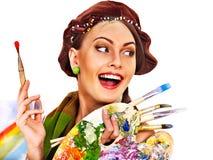 Weiblicher Künstler bei der Arbeit. Stockfoto