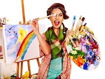 Weiblicher Künstler bei der Arbeit Stockfotos