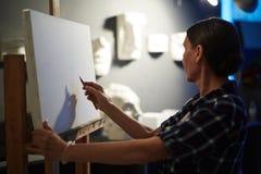 Weiblicher Künstler, der Anatomie-Studie in Art Class durchführt Stockbilder