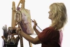 Weiblicher Künstler in ihrem Jahrmalen Stockbild