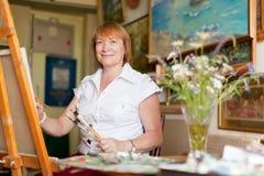 Weiblicher Künstler malt eine Abbildung auf Segeltuch Lizenzfreies Stockbild