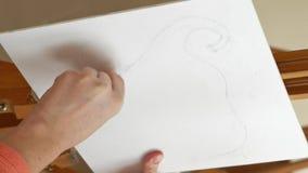 Weiblicher Künstler zeichnet eine Bleistiftskizze im Kunststudio stock footage