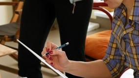 Weiblicher Künstler zeichnet eine Bleistiftskizze im Kunststudio stock video