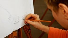 Weiblicher Künstler zeichnet eine Bleistiftskizze im Kunststudio Lizenzfreie Stockfotos