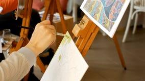 Weiblicher Künstler zeichnet eine Bleistiftskizze im Kunststudio Lizenzfreie Stockbilder