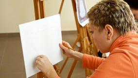 Weiblicher Künstler zeichnet eine Bleistiftskizze im Kunststudio Stockbild