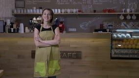 Weiblicher Kaffeestubeinhaber, der vor dem Zähler ist erfüllt von ihrer Arbeit und stolz lächelt steht - stock video