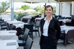 Weiblicher Kellner des Restaurants mit einem Behälter Stockfoto
