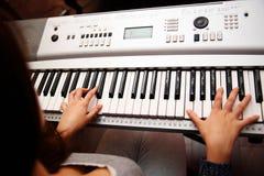 Weiblicher Klavierspieler Stockfotos